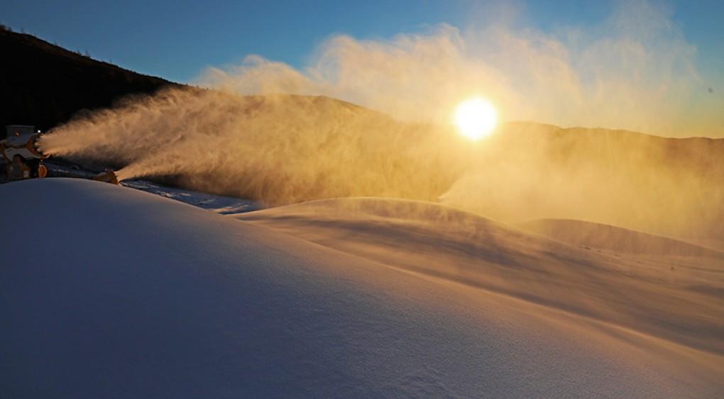 河北崇礼:冬奥赛场造雪忙