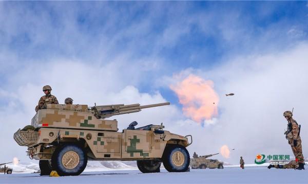 新疆军区车载速射迫击炮实弹射击 演练创新战术